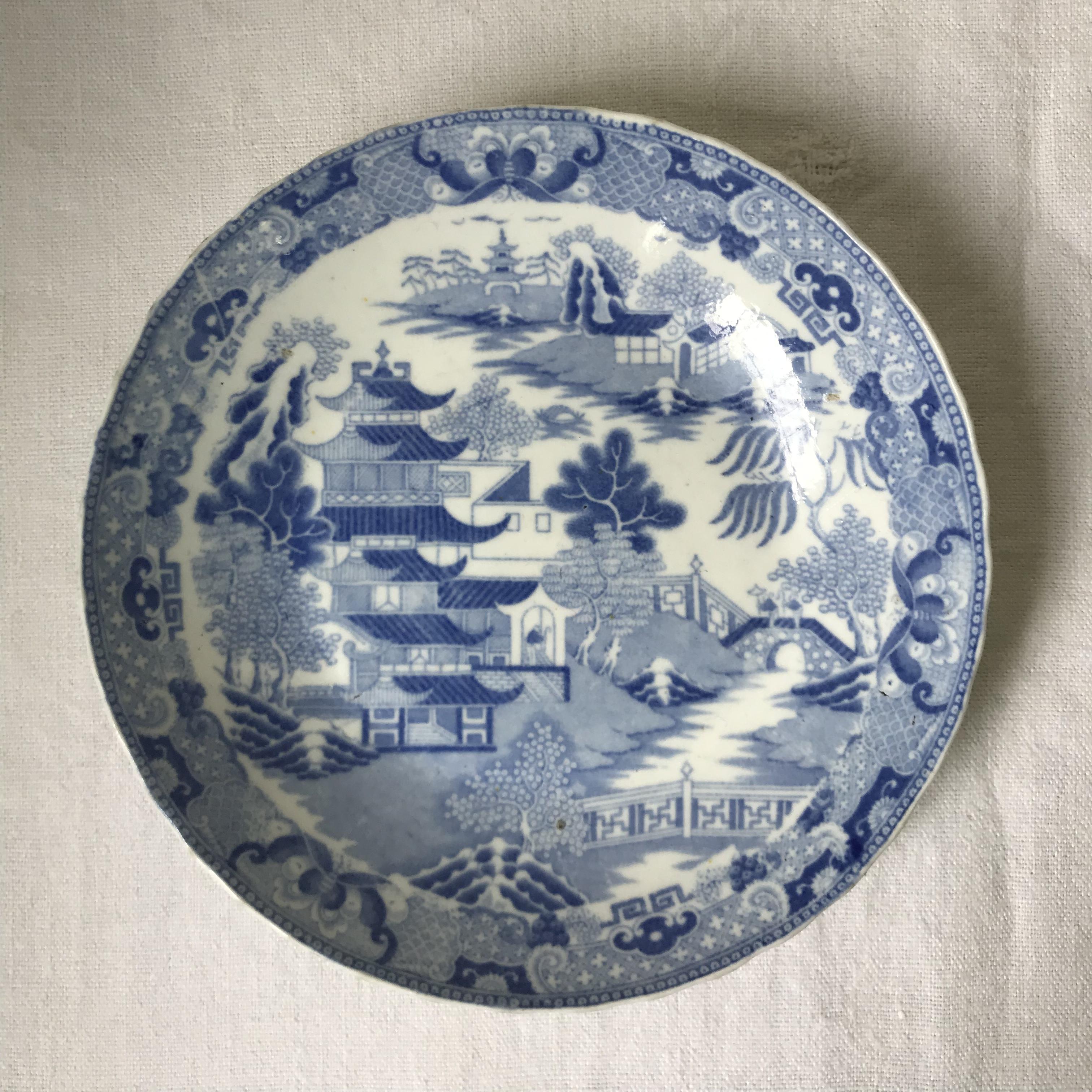 ウィロー柄の丸っこいお皿 1