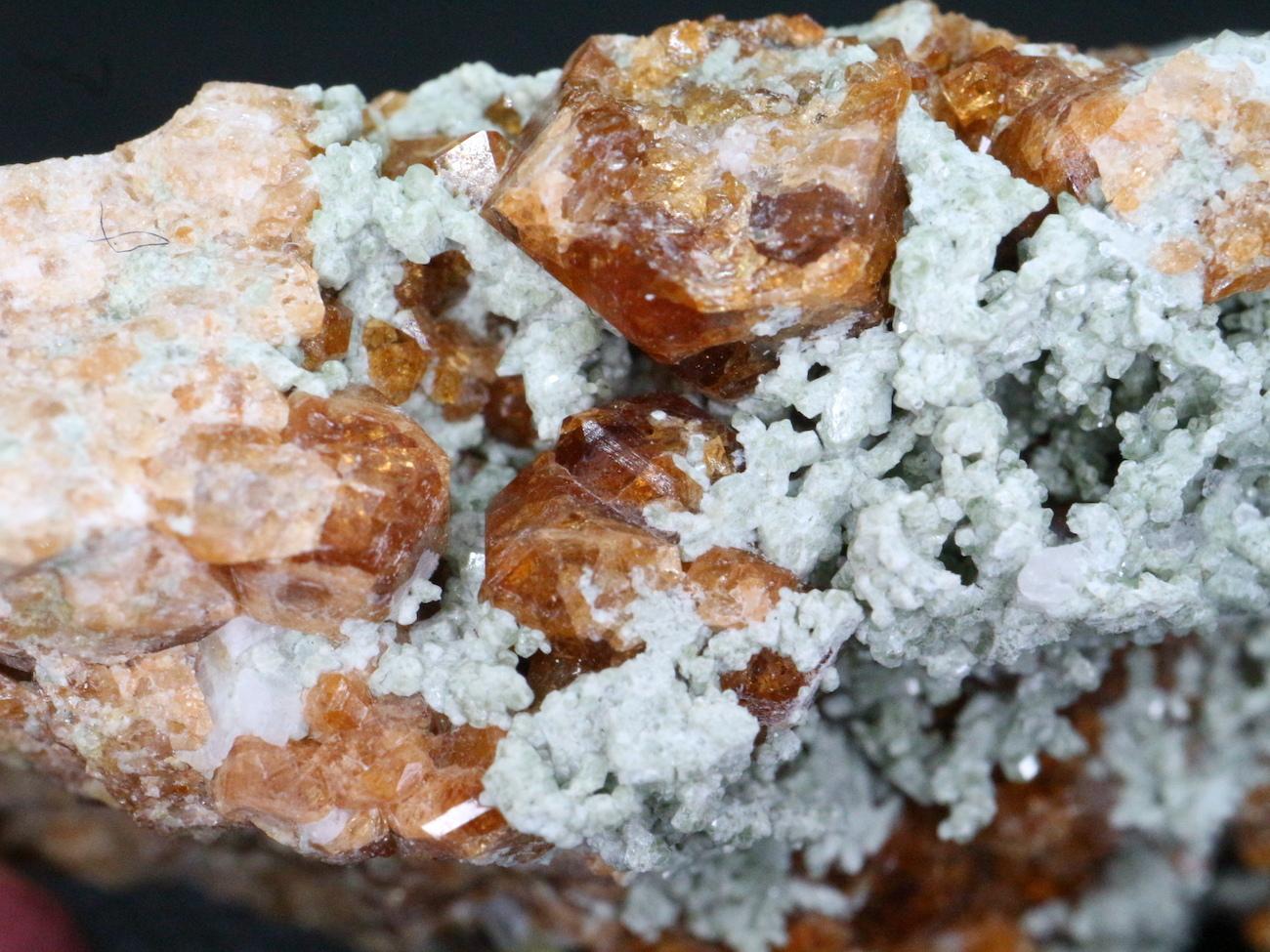 カリフォルニア産 グロッシュラーガーネットエピドート 55,3g 原石 GN043
