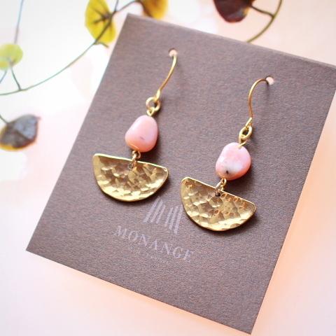 ピンクオパールと半月形真鍮パーツのピアス