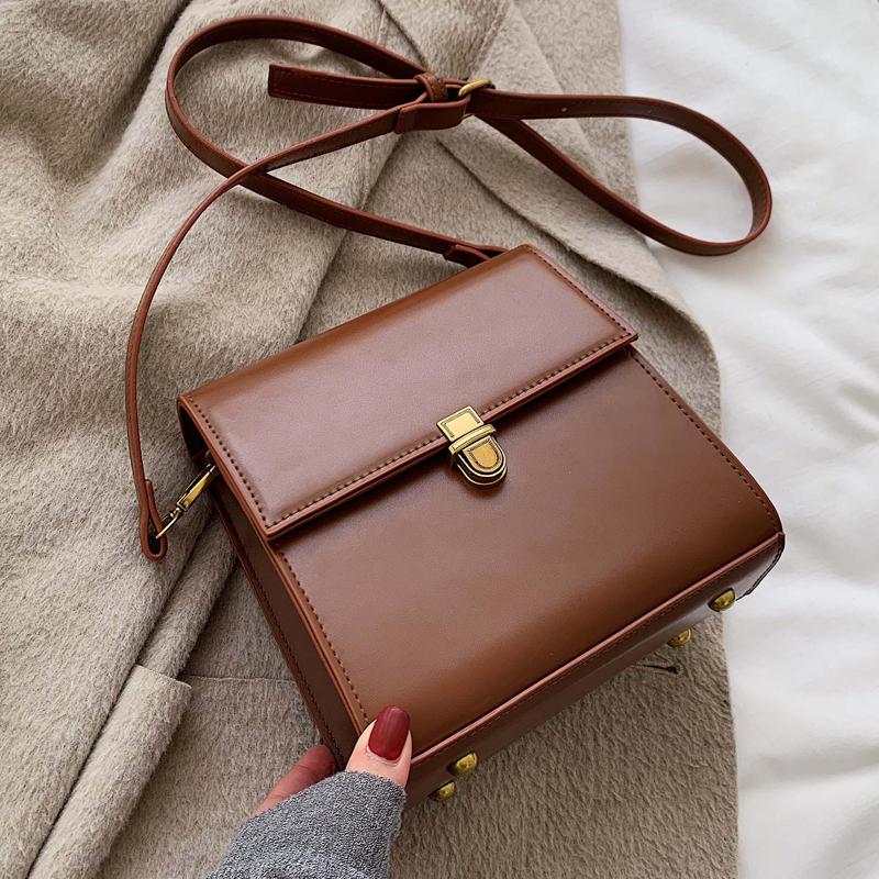【送料無料】 レトロアイテム♡ スクエア型 シンプル フェイクレザー ショルダーバッグ 斜めかけ 鞄
