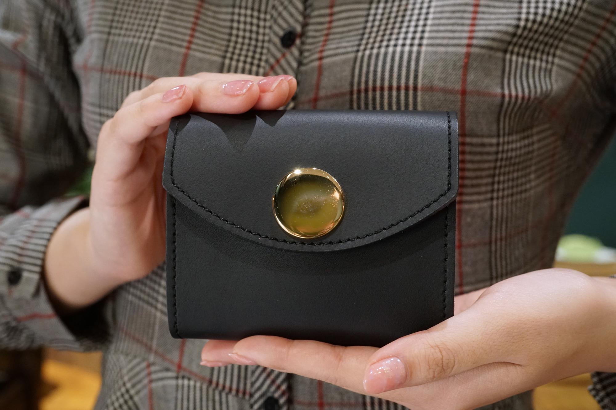 身軽にキメたい時のコンパクト財布|ビッグボタン型/マットブラック(本革製)