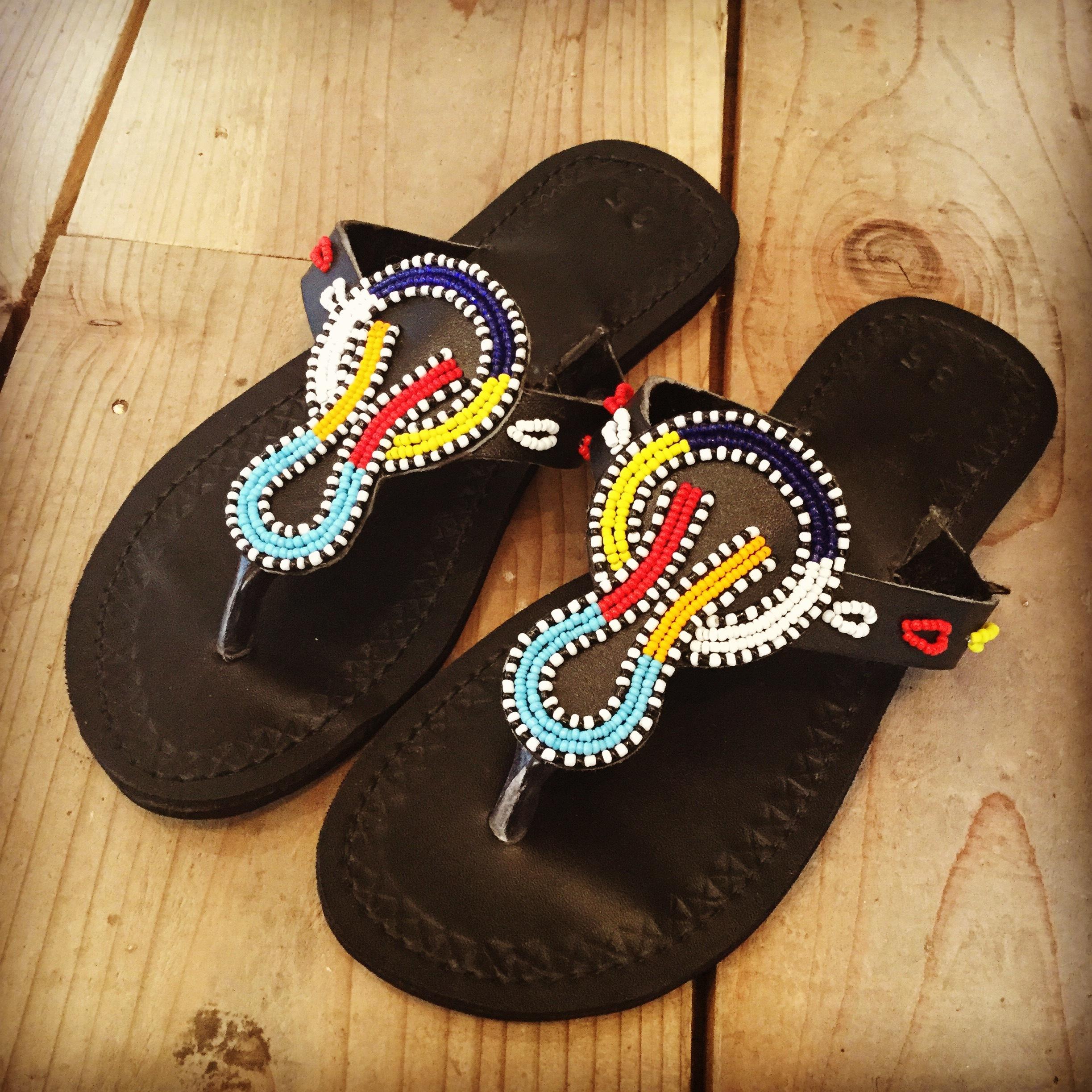 マサイ族のビーズ装飾が美しいサンダルで。 ウガンダのタイヤサンダルにマサイ族が装飾を加えたものです。