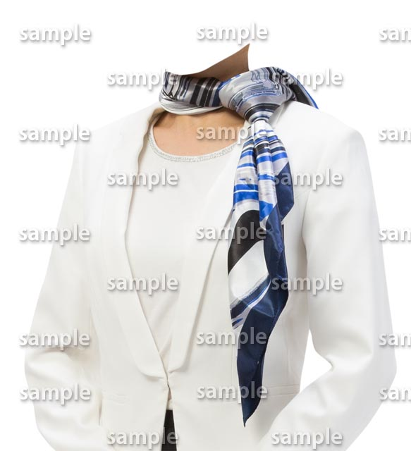 女性白スーツ青いスカーフ斜め