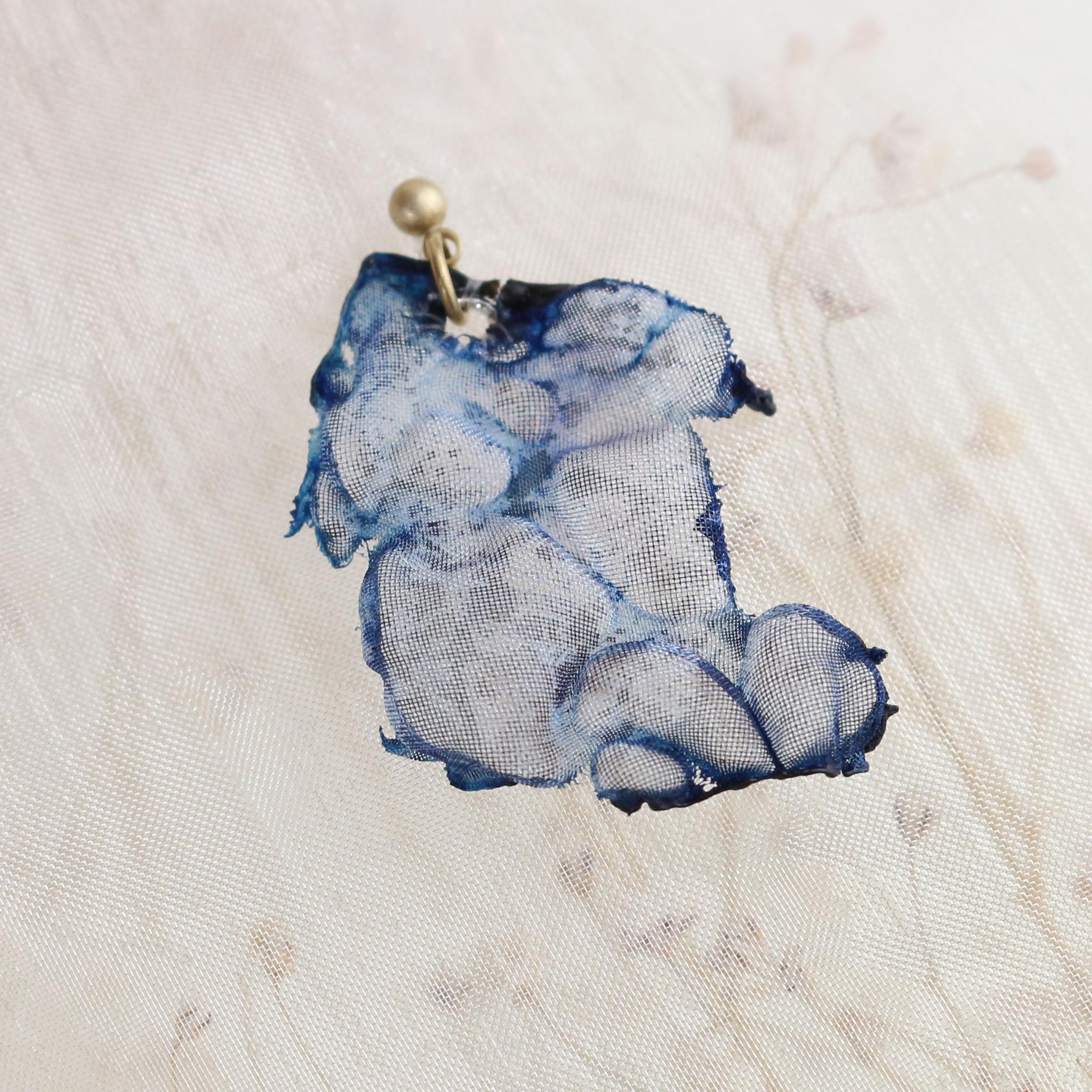 染めオーガンジーのアートピアス|空色