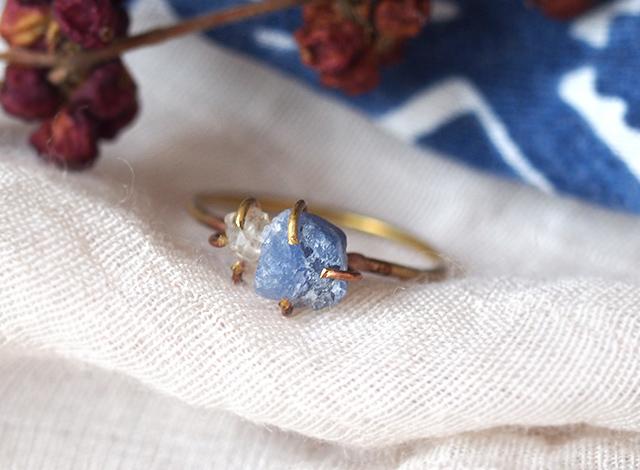 原石のサファイアとダイヤモンドクォーツのリング