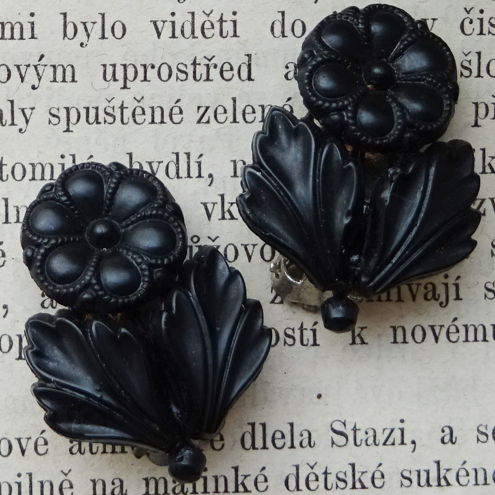 チェコスロバキア ジェットガラス お花のイヤリング
