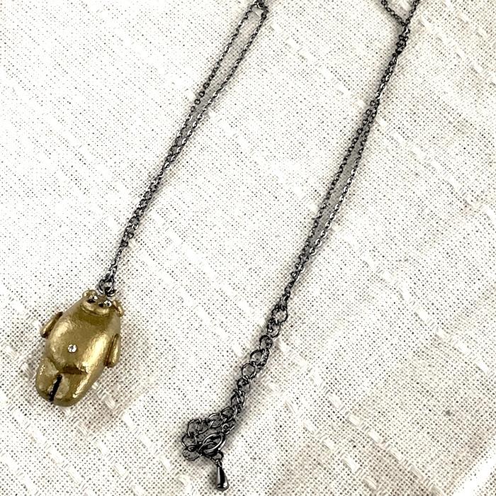 キラッとデベソぶたのネックレス(ゴールド)〔メタル風軽量ネックレス〕