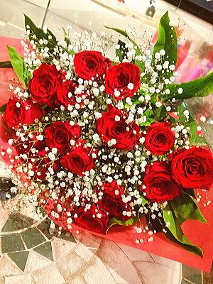 bu019 花束 赤バラとカスミ草