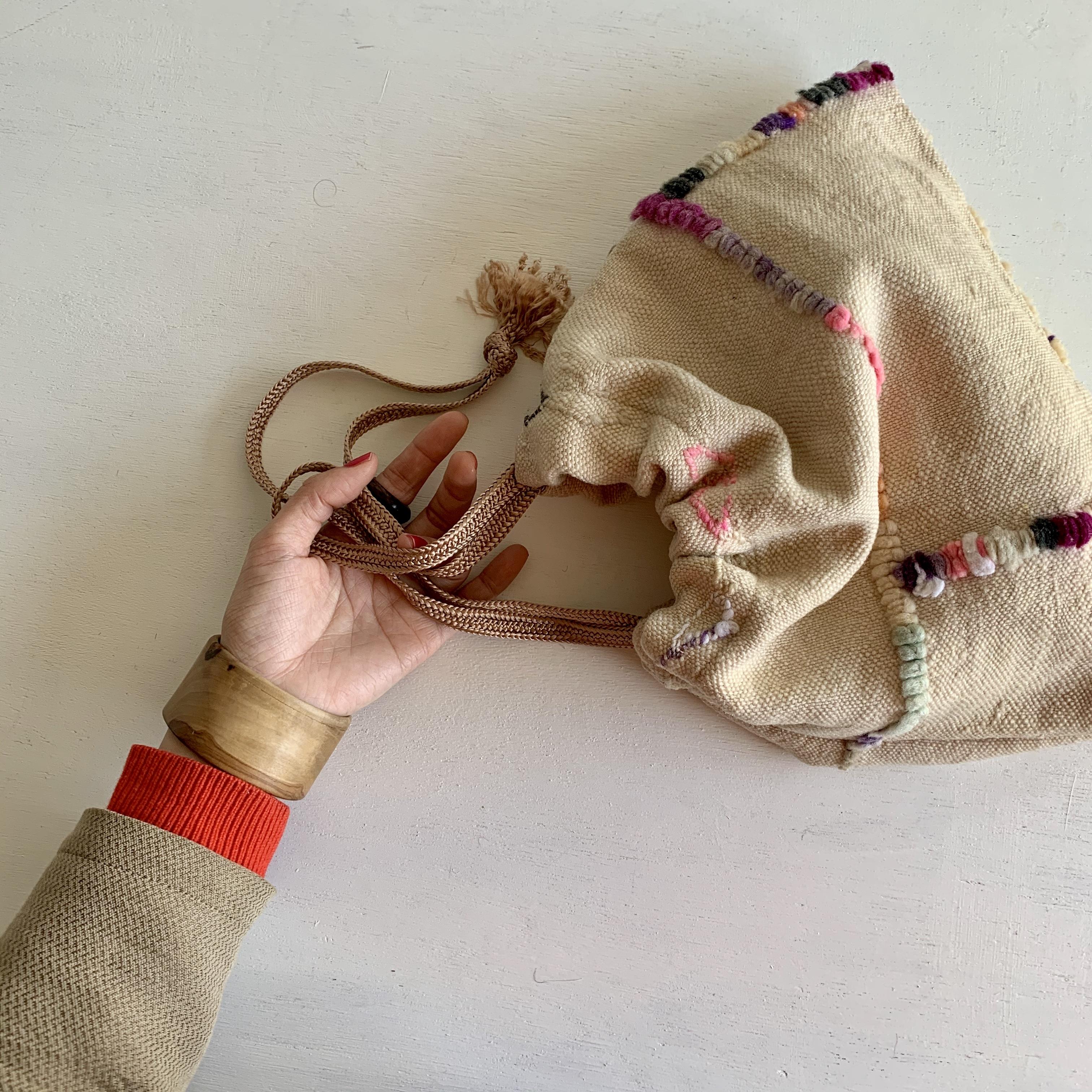 オールドファブリックの巾着バッグ ベージュ