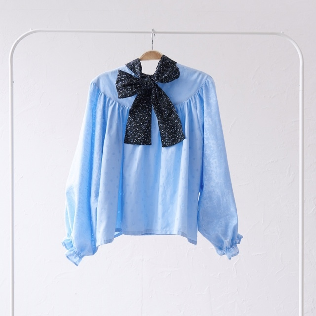 back ribbon gather blouse〈Skyblue・ブラウス〉