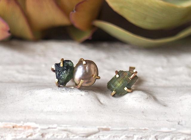 原石のグリーントルマリンとグレーパールのピアス