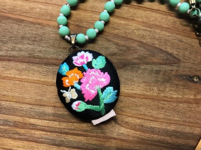 エメラルドグリーンの刺繍ネックレス~BIRD CAFE~