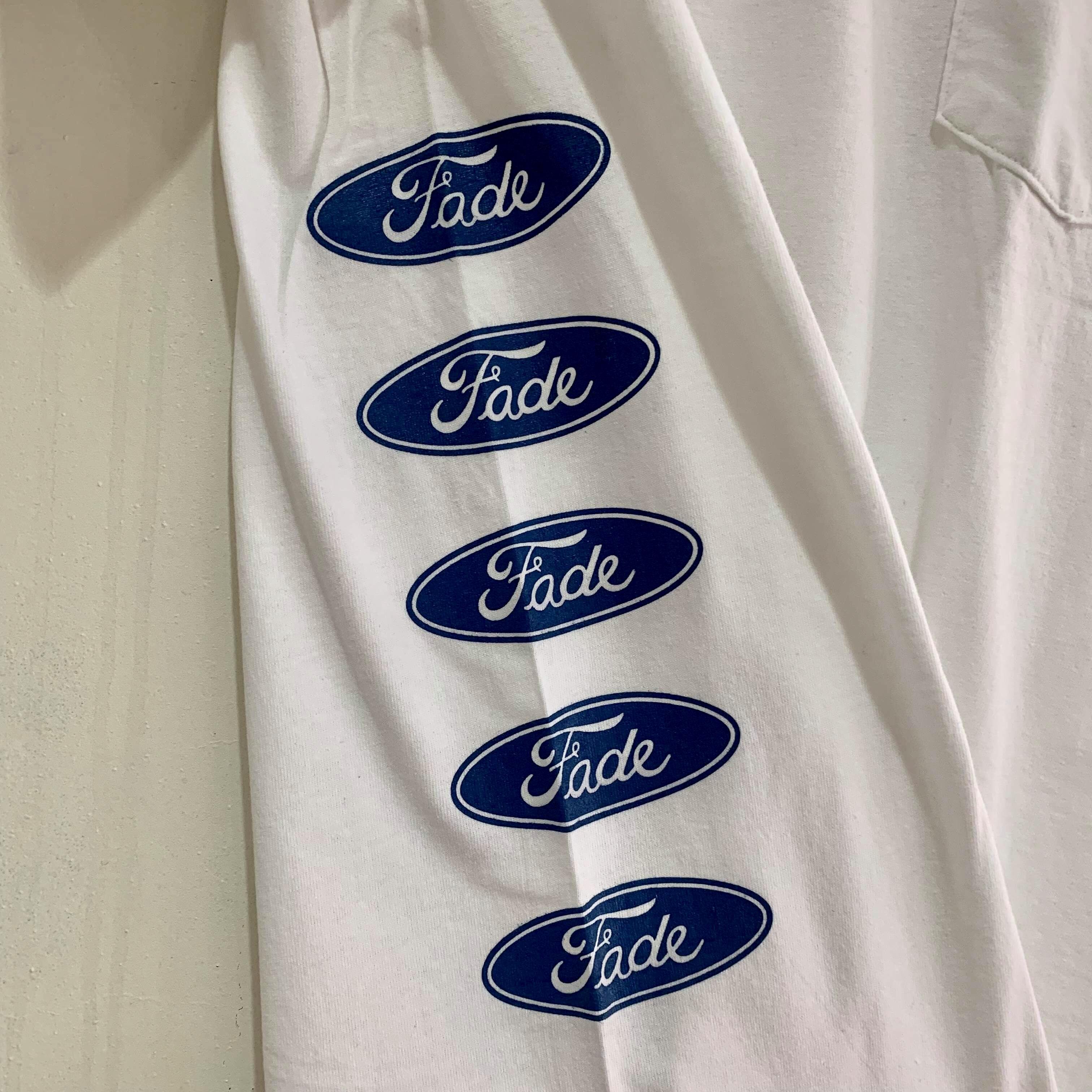 Fade ポケットTシャツ缶バッジ付 ホワイトx青ロゴx脇腹プリント