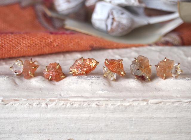 原石のサンストーンとダイヤモンドクォーツのピアス