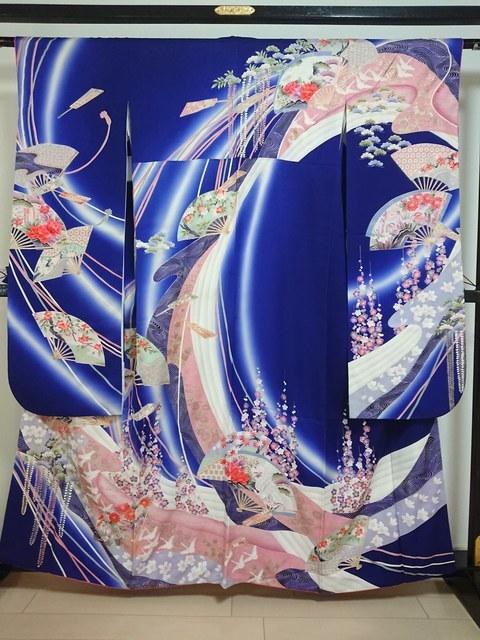 鮮やかな青地に花扇紋の振袖