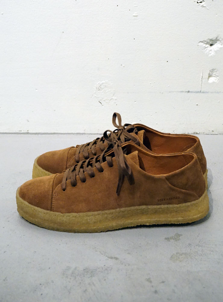 BORN//RAISED MONUMENT LOW COGNAC SUEDE キャメル