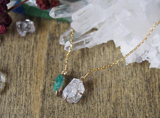 原石のエメラルドとダイヤモンドクォーツのネックレス