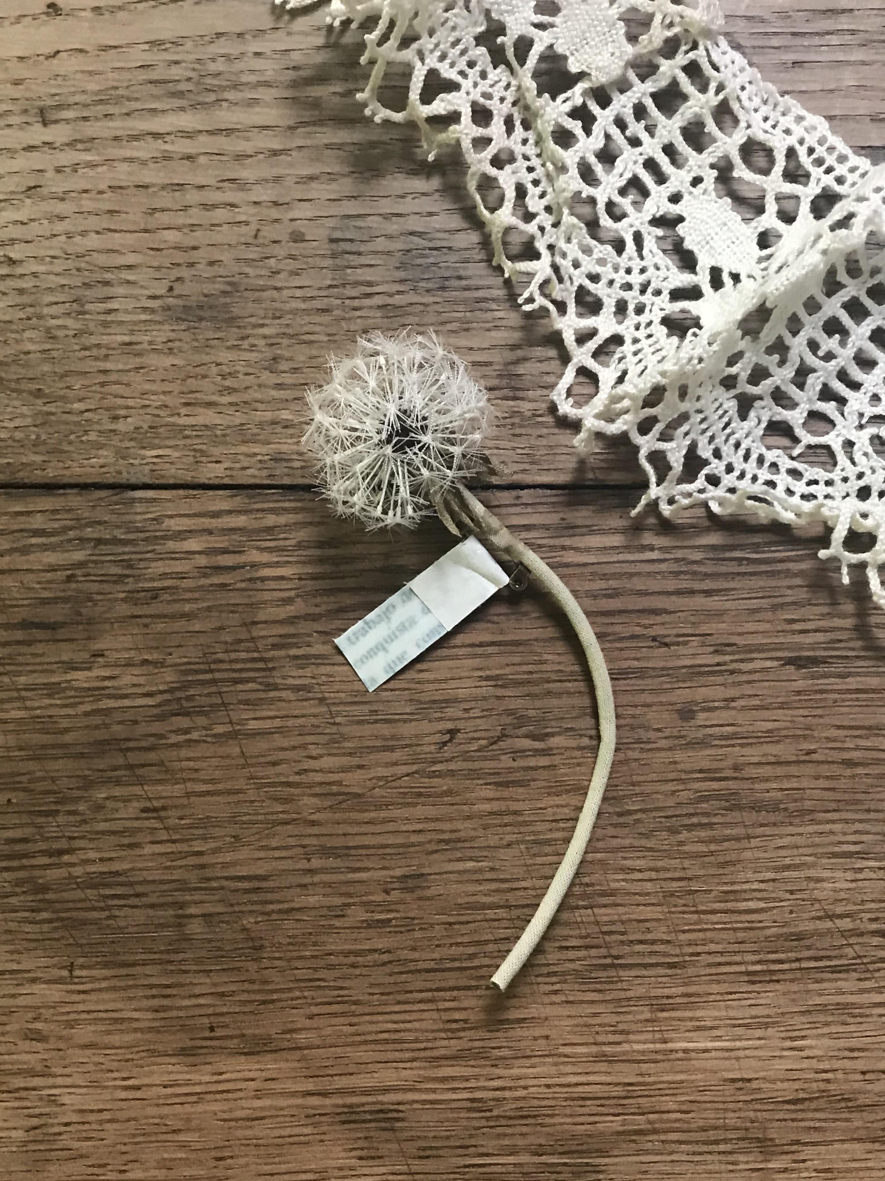 <イロドリ> 布花 たんぽぽ綿毛のブローチ
