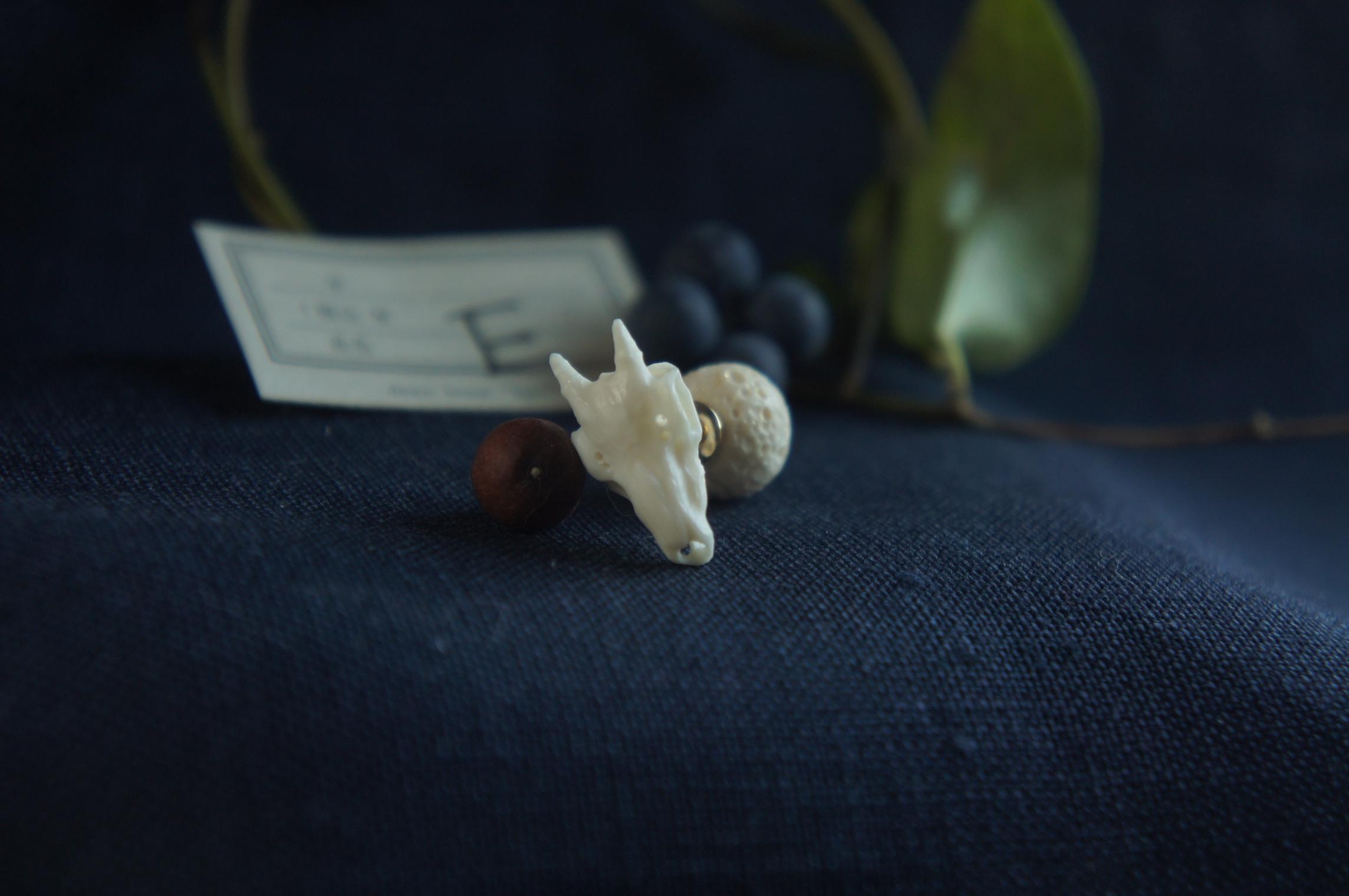 【E】鹿角彫刻の小さい月「月齢・月の子」(鹿頭骨のピアスと月のキャッチ)