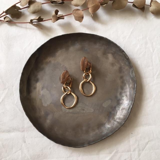 Brown bottun × gold metal ring イヤリング
