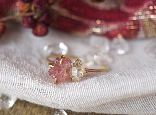 原石のピンクスピネルとダイヤモンドクォーツのリング