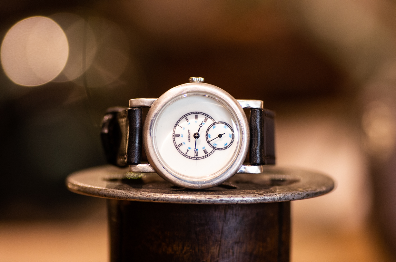 クラシカル感と個性を併せ持った腕時計(Sly Medium/店頭在庫品)