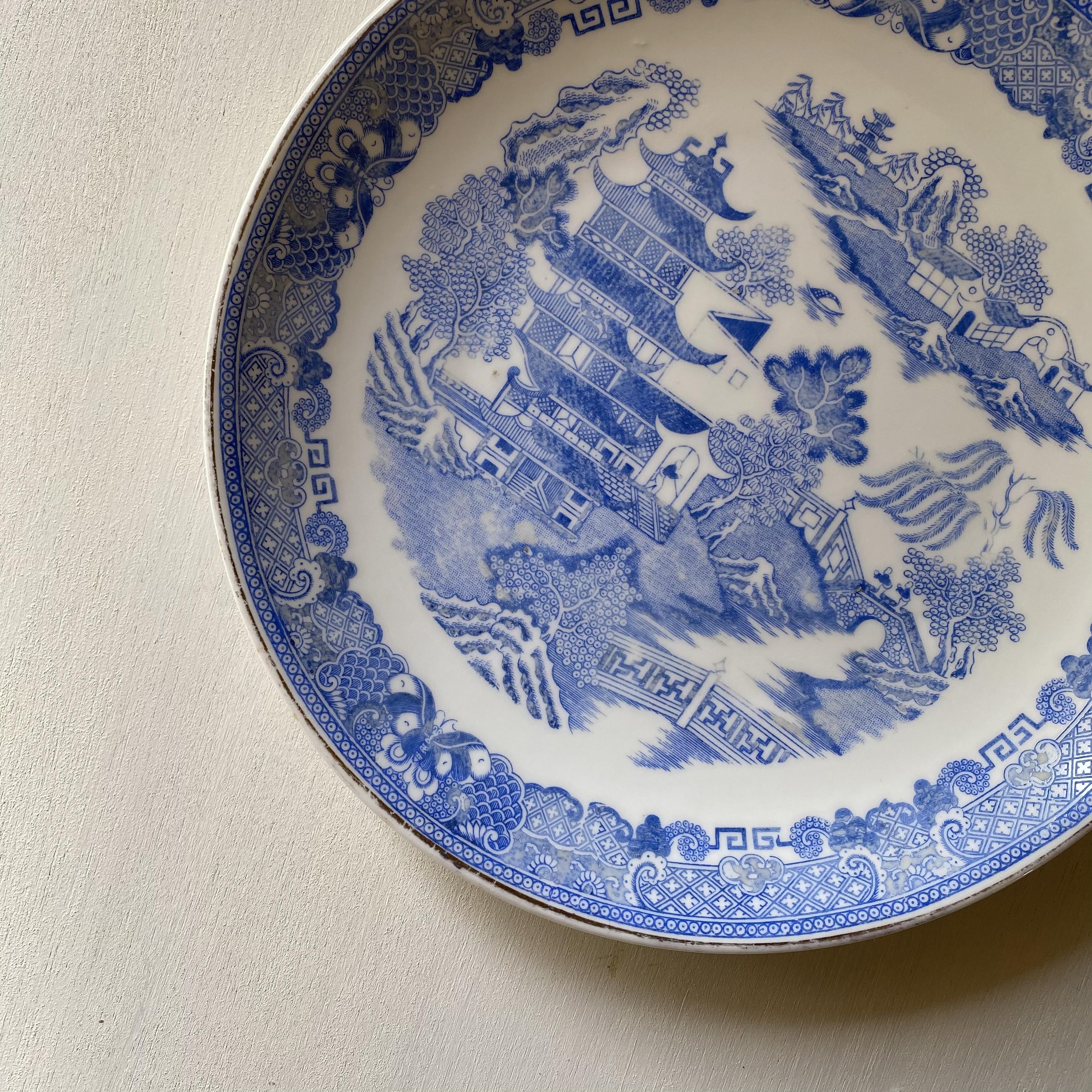 淡いブルーのウィロー皿