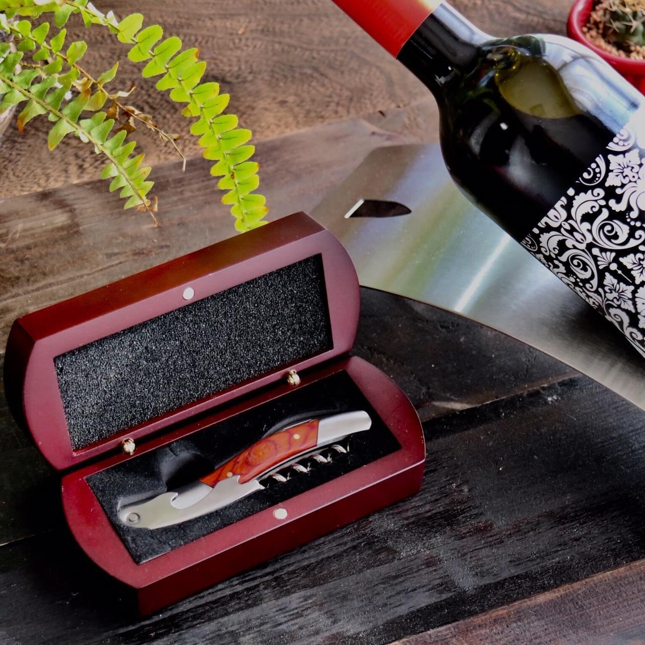 名入れ木箱入りワインオープナーです。誕生日の贈り物からサプライズプレゼントまで人気の商品です♬