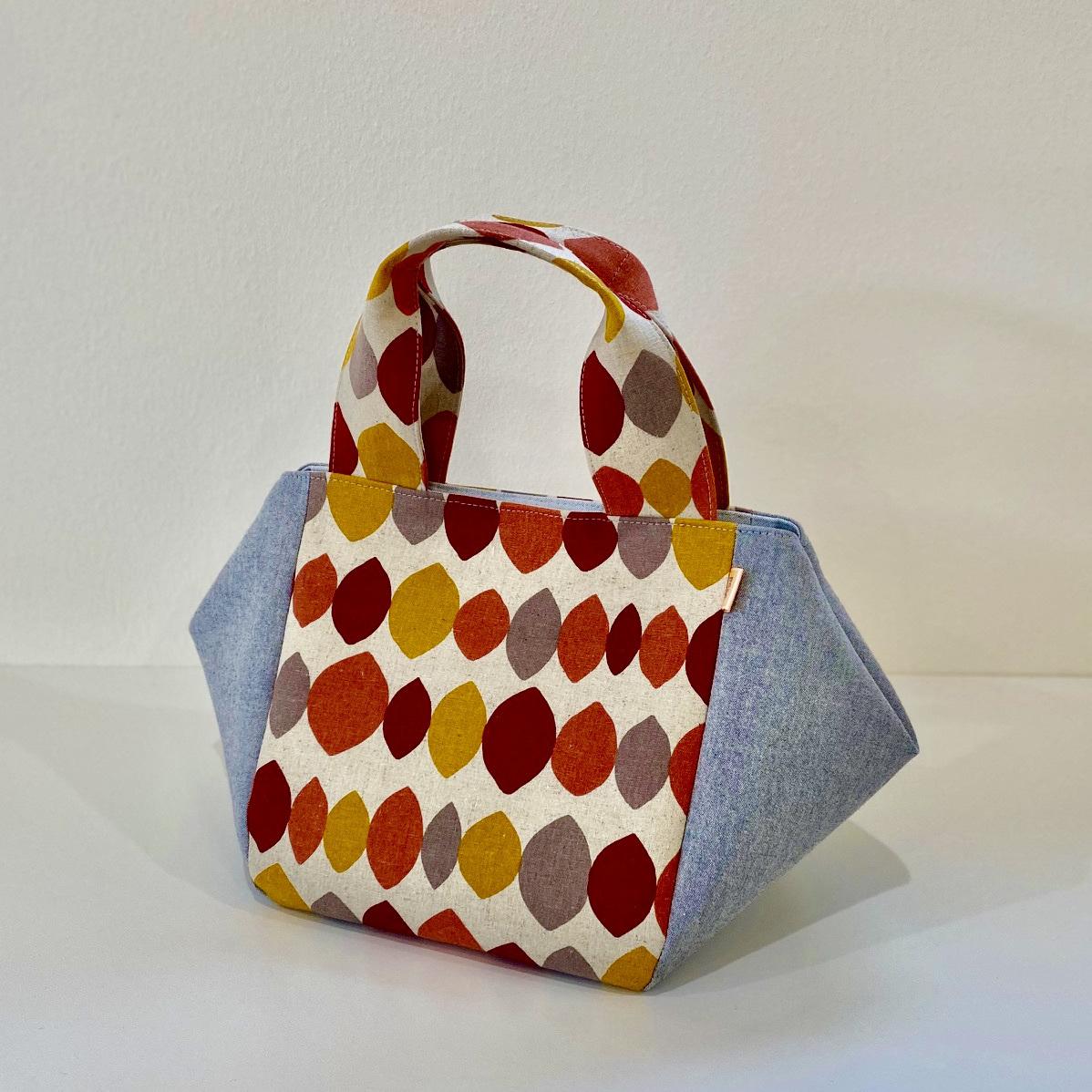 pocoオリジナル! マチたっぷり「ぷっくりバッグ」内ポケット、マグネットボタン付き。 可愛いシルエット、小さく見えるのに収納力抜群の「ぷっくりバッグ」 内ポケットありで、バッグ上部にはマグネットボタンもついていて、とても使いやすいバッグです。 小さいサイズは普段使いに、大きいサイズは一泊旅行バッグとしても使えます。 生地や大きさによって、価格が変わります。