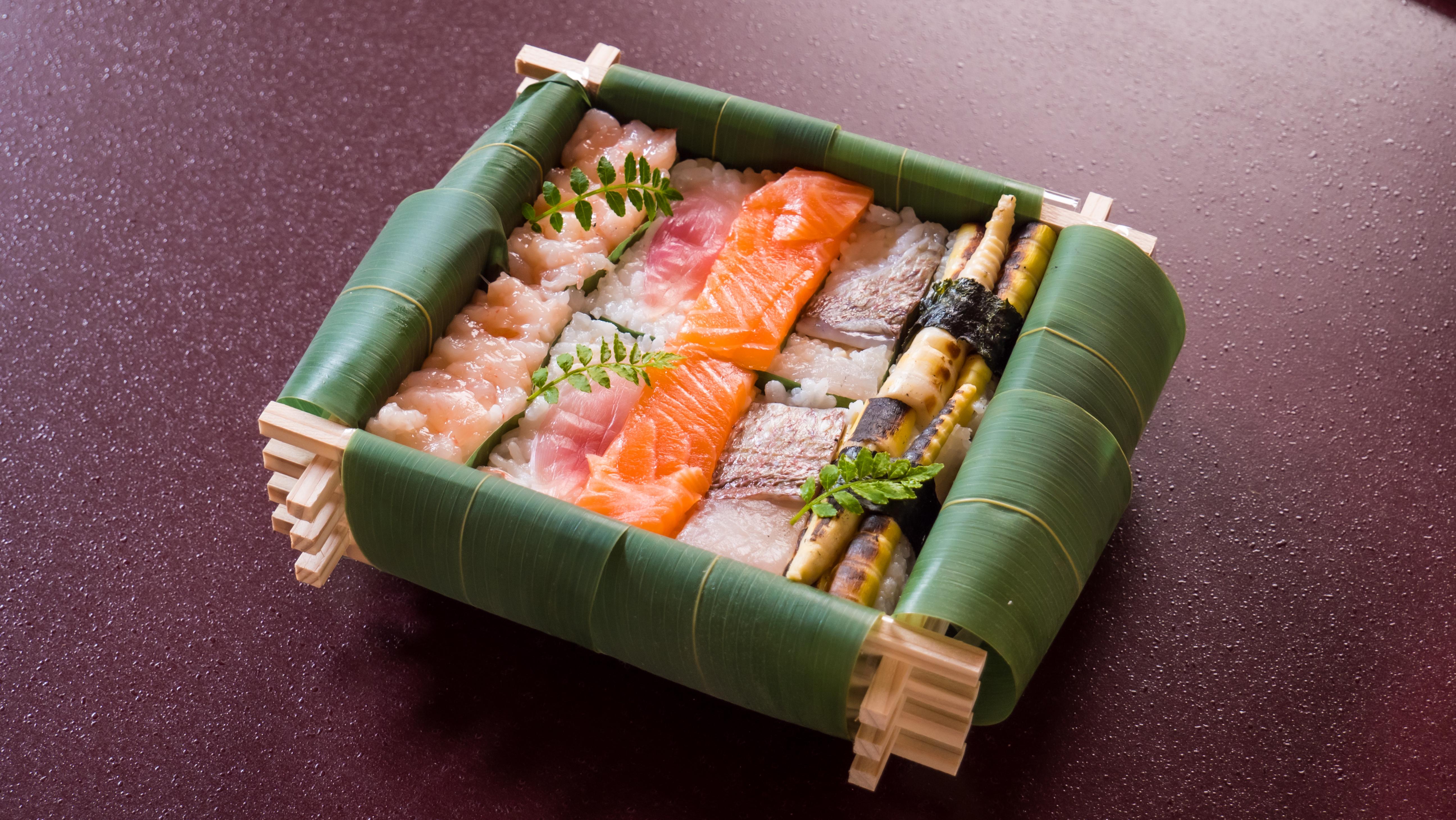 【ちちり寿司】鱒・海老・鯛・みょうが・ススタケ