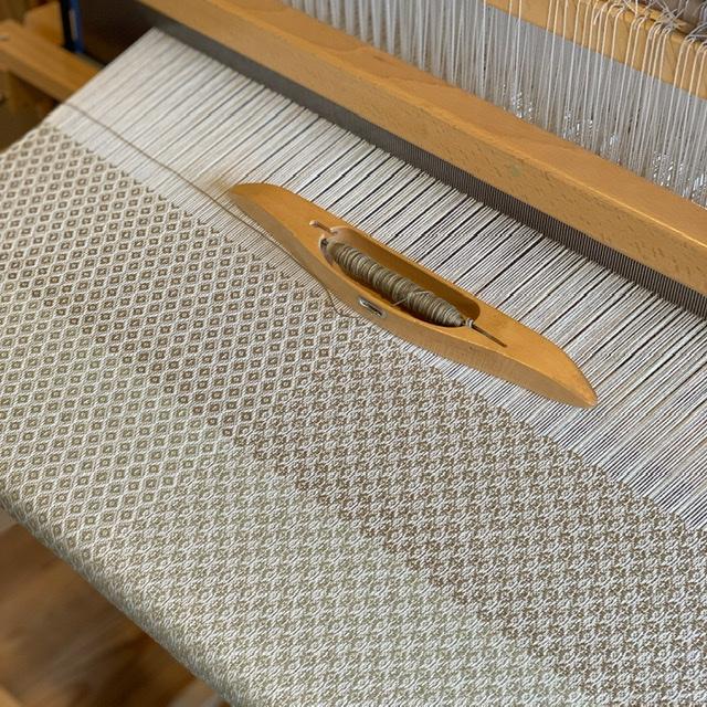 桜染めの糸で新しい柄を織りました