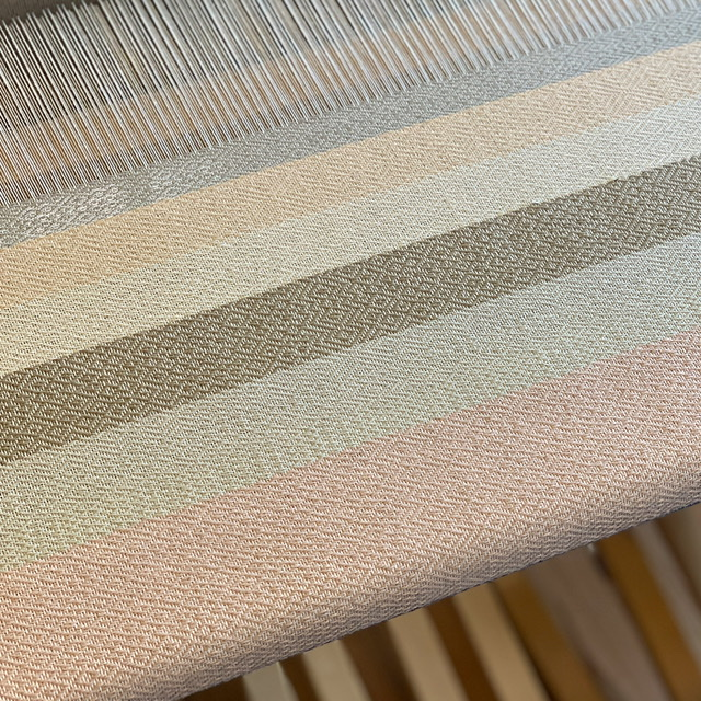 桜染めの糸で織りました