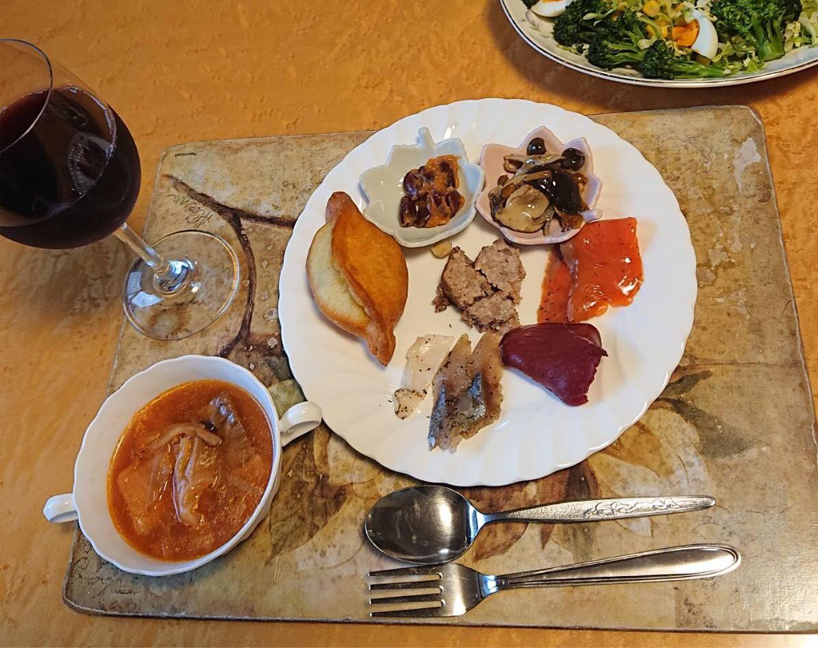 お客様からご自宅での盛り付けのお写真 時計回りに ピロシキ ロシア前菜盛り合わせ ボルシチ