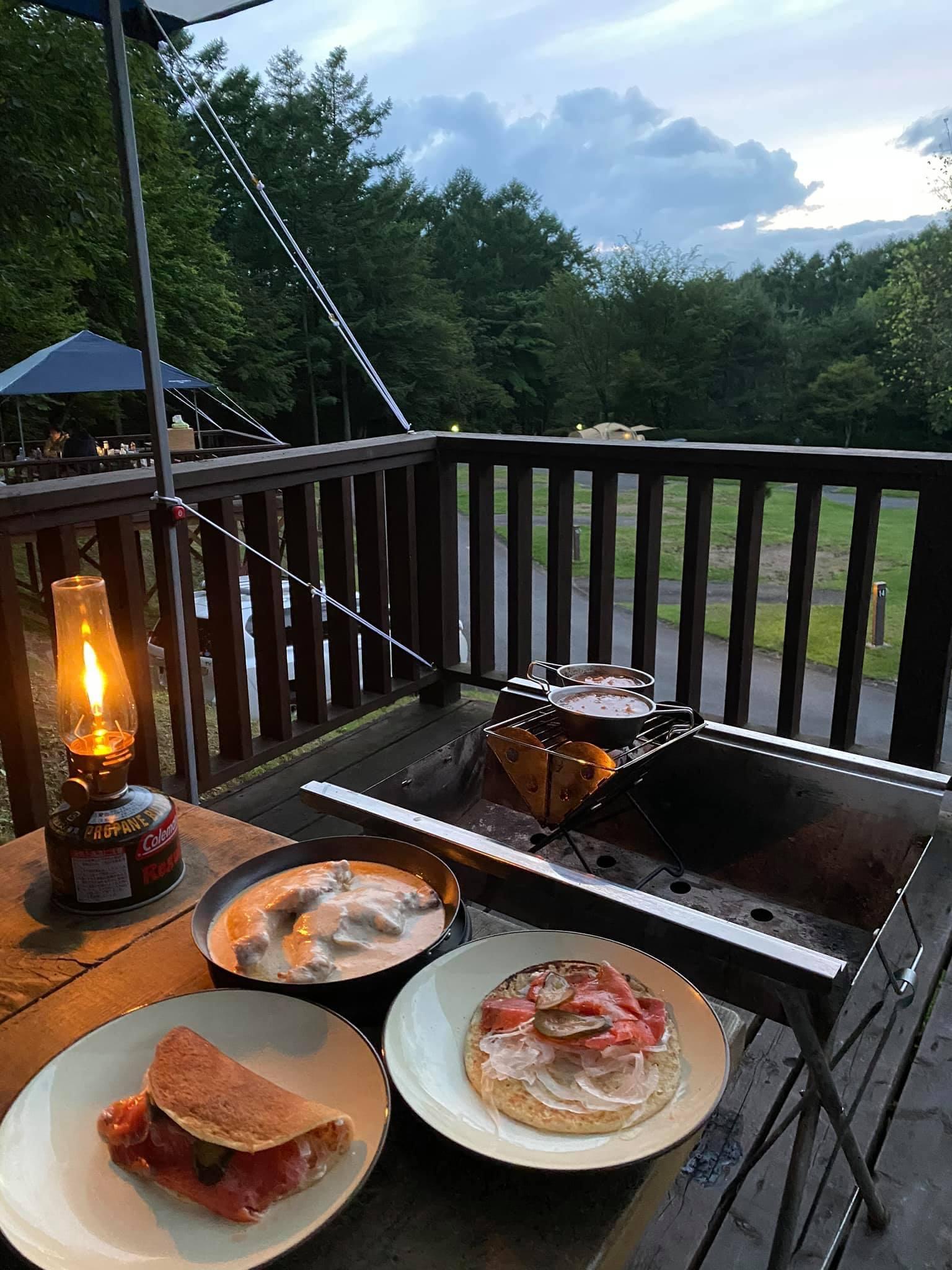 キャンプ! パックを開けて温めるだけで豪華なグランピングになりました。写真はジョージアの月夜セット。