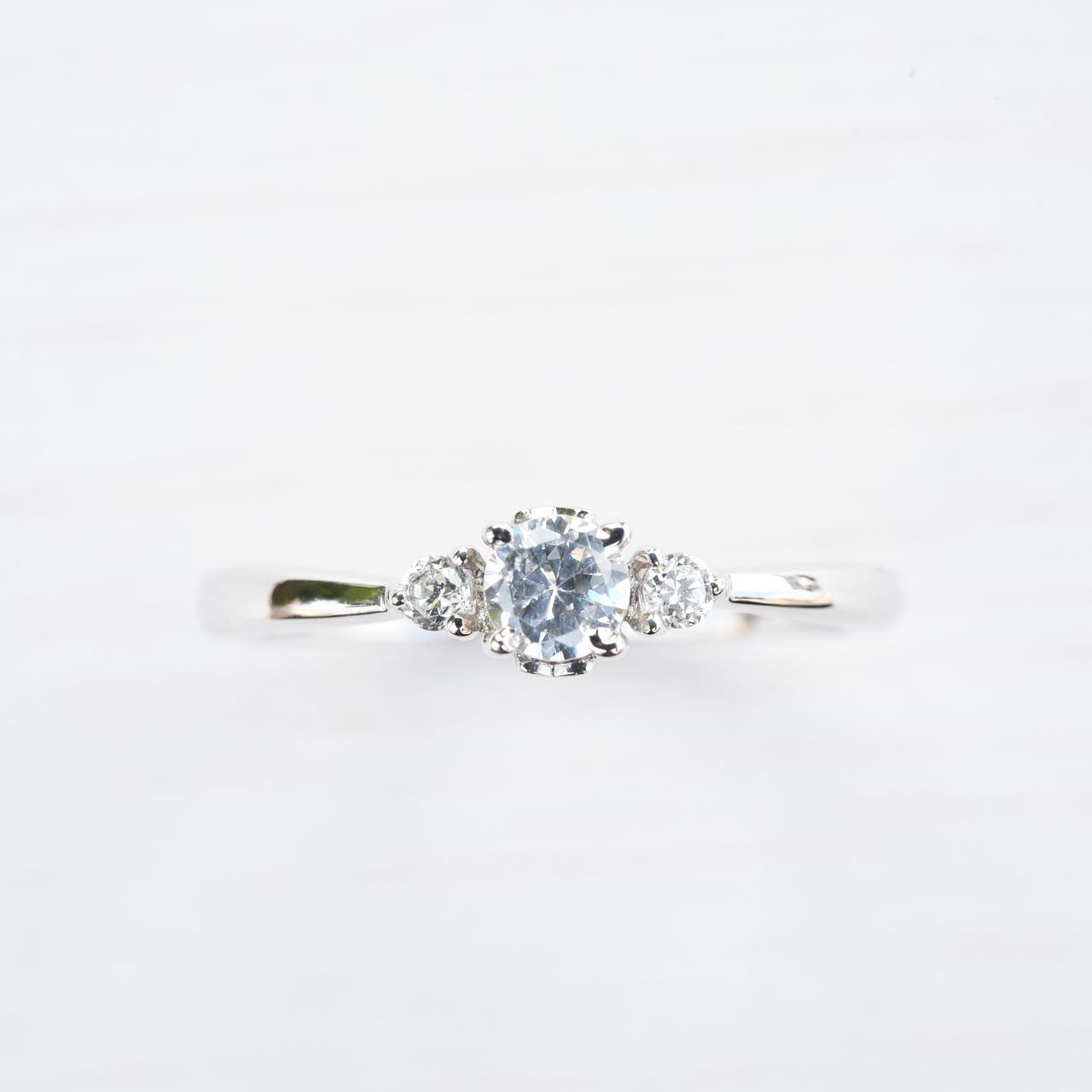 控えめな彼女に贈る婚約指輪♡