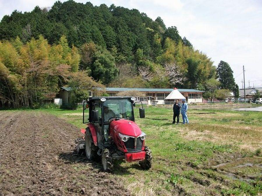 黒枝豆畑の土起こしと畝立てを行いました