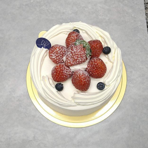 生クリームと苺のデコレーションケーキの子育て支援割引実施中