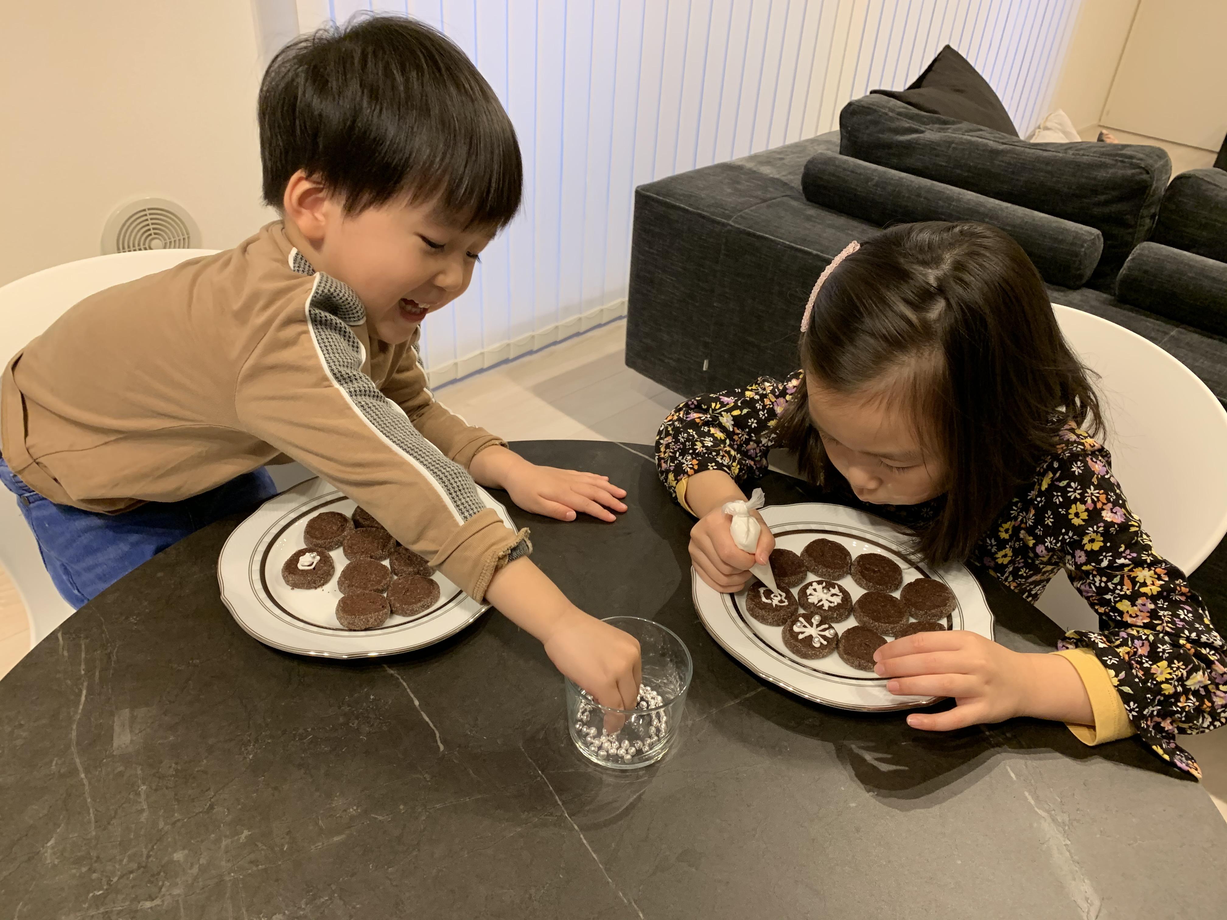 12月メニュー「雪の結晶クッキー」作りに3歳男子が挑戦!