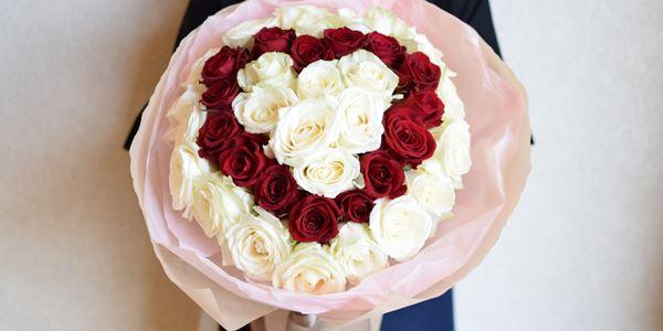 ハートのかたちのプロポーズ花束~白バラと赤バラで~