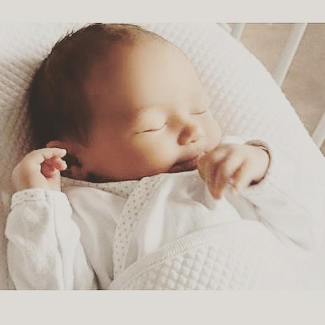 赤ちゃんもママもつらい。新生児の吐き戻しの原因と対策。