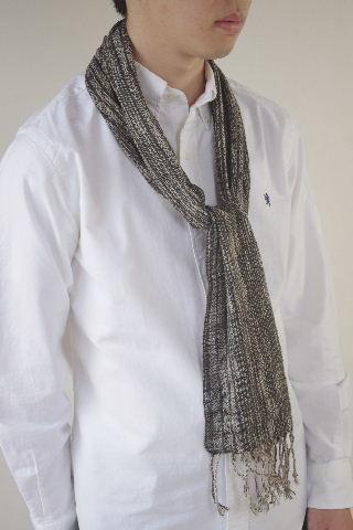 クールなモノトーン。渋くかっこよく、のハンサムスタイル。さらりと着られる細身マフラー2種。