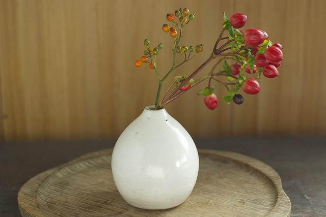 陶器の花器でお部屋を彩る