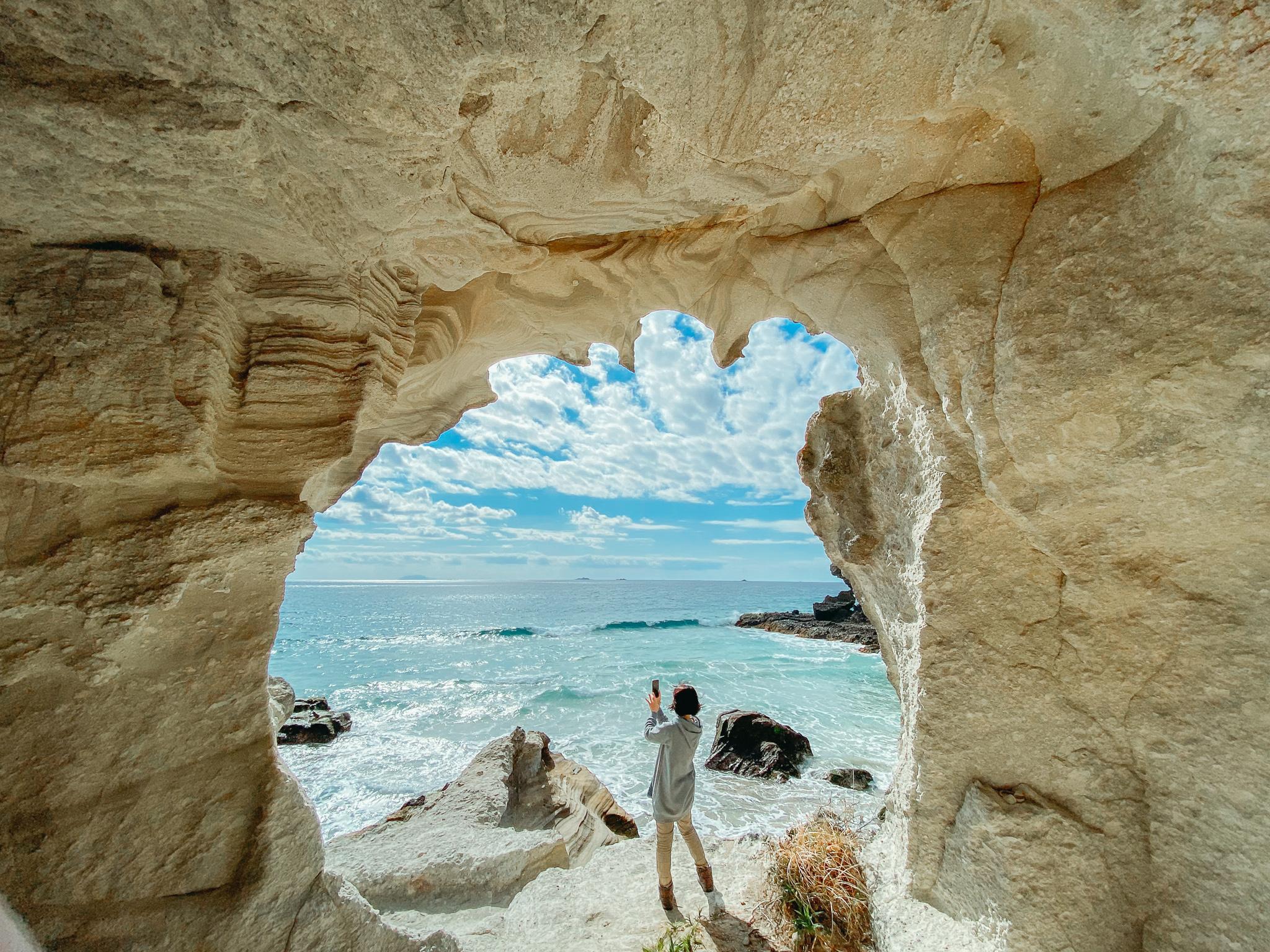 多々戸浜にあるSNS映えが素晴らしい白い洞窟は天気が良い日ならおすすめ。写真も販売しています。