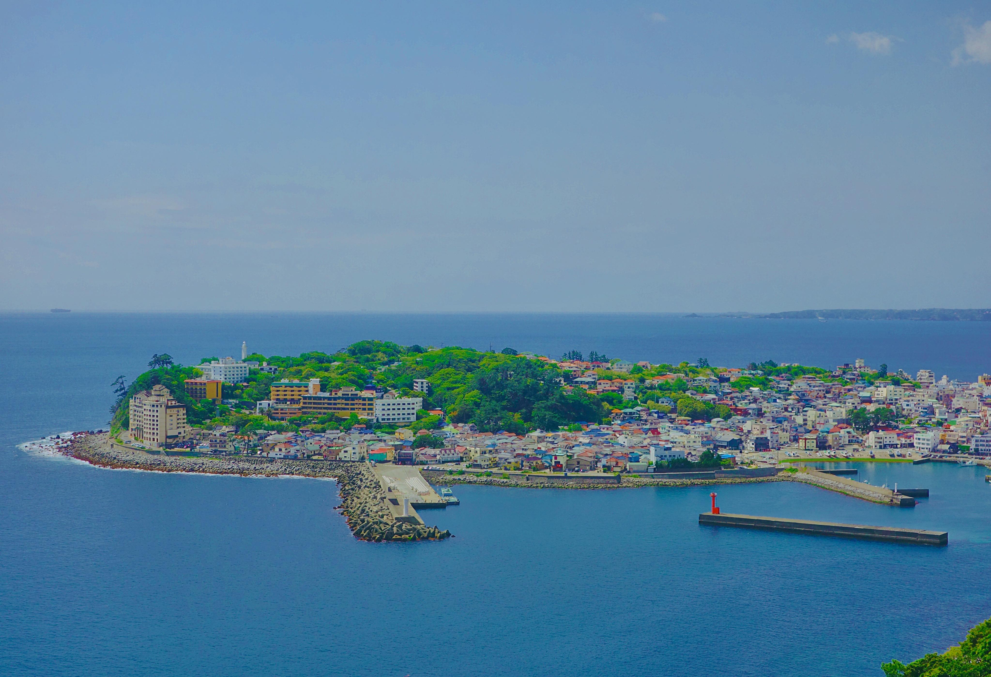 ジブリな世界感が味わえる稲取漁港の風景