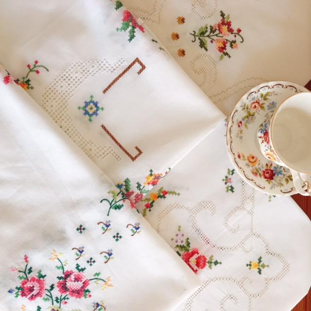 お花の手刺繍 テーブルクロスをアップしました。