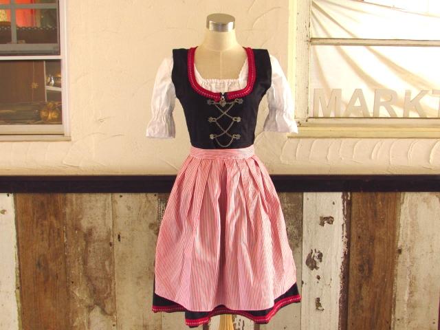 ドイツの民族衣装、ディアンドルが届きました♪