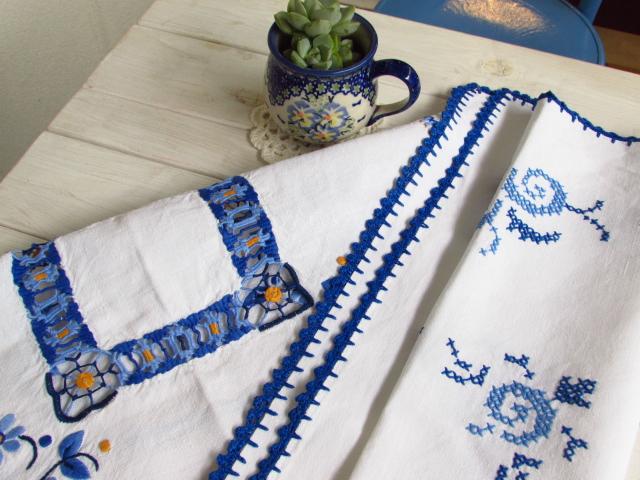 青の刺繍糸が鮮やかなリネン地のクロス☆ドイツヴィンテージ