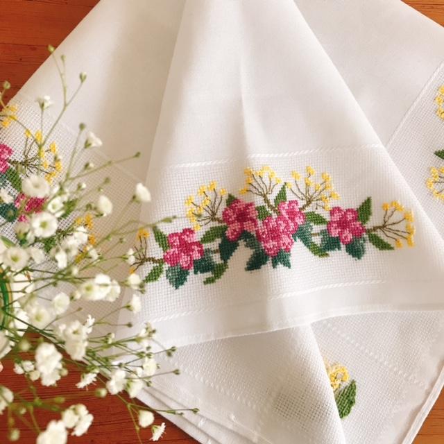 春を感じるお花の刺繍テーブルクロスなど