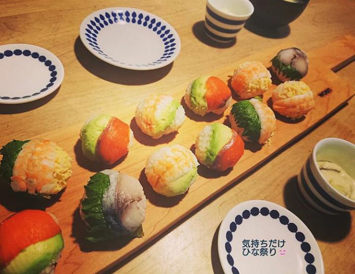 細長いカッティングボードに、手まり寿司をのせて♪