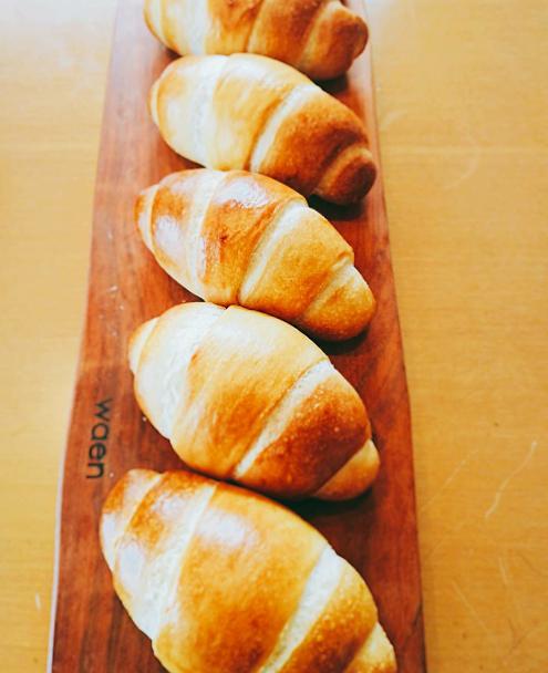 カッティングボードにパンをのせるとすごく映えます♪